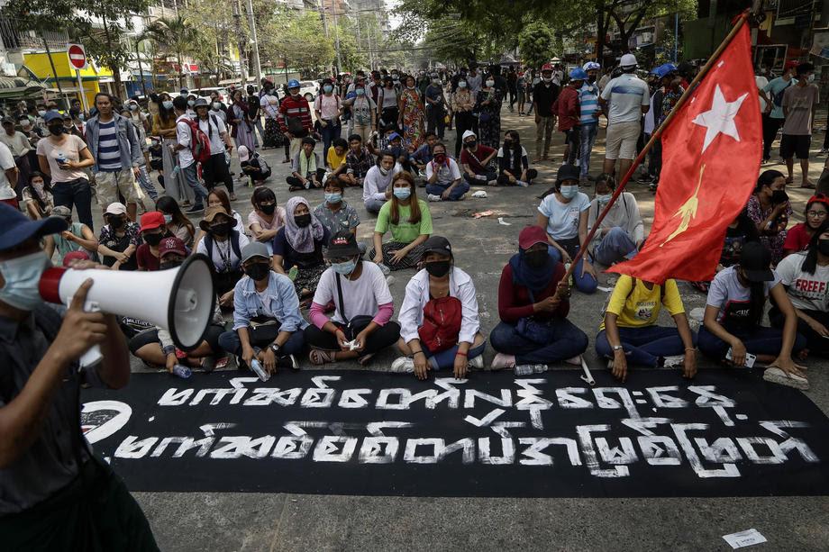 Воената хунта во Мјанмар го укина Интернетот и приведува новинари