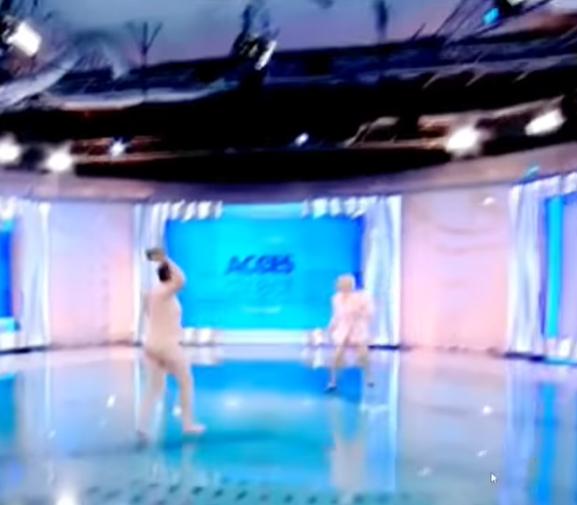 Невиден инцидент во програма во живо: Гола жена влета во студиото па почна да фрла цигла кон водителката (ВИДЕО)