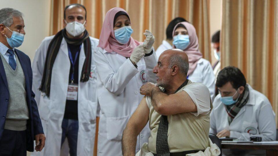 Наместо здравствените работници, во Газа се вакцинирале министри и националниот фудбалски тим