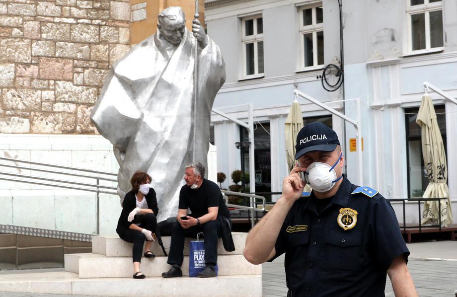 """""""Купете вакцини"""" – граѓаните на Сараево излегоа на протест  по најавеното затворање за викенд"""