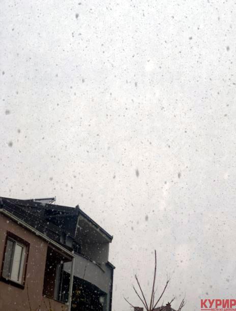 Облачно со услови за слаби снежни врнежи, ќе дува и засилен ветер