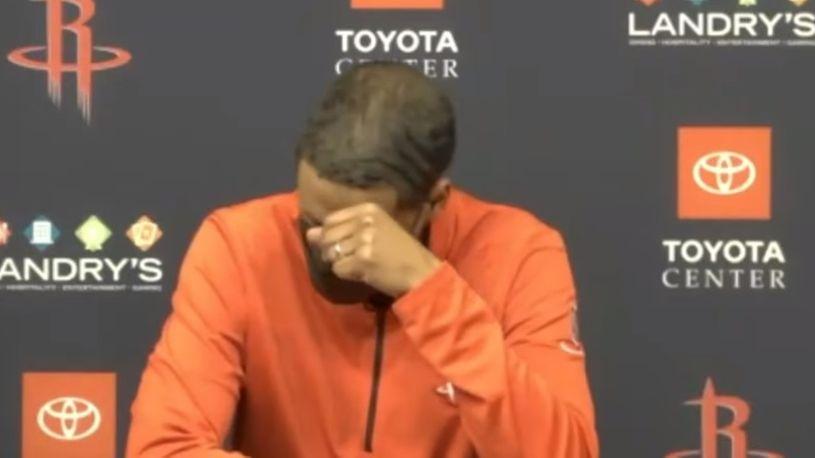 """Тренерот на Хјустон  емотивно се """"распадна"""" на конференција (ВИДЕО)"""