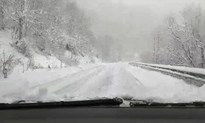 МАКЕДОНИЈА ПОВТОРНО ПОД СНЕГ: На овие места утрово вистинска зимска идила, можете веднаш да го поминете денот таму! (ФОТО)