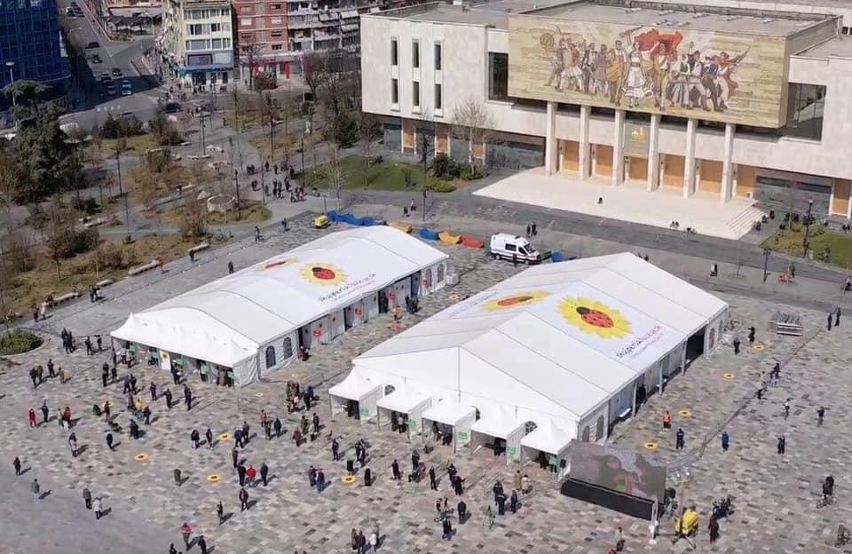 """ВИДЕО: Албанија почна масовна вакцинација во пунктови отворени на плоштадот """"Скендербег"""" во Тирана"""