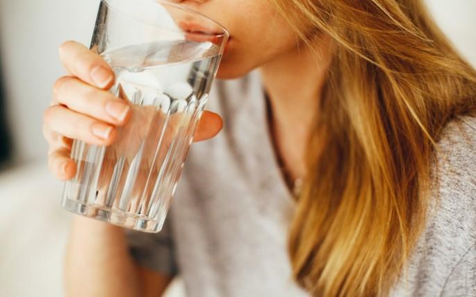 Започнете го денот со чаша топла вода, еве зошто е тоа важно