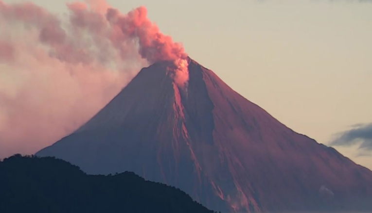 Вулканот Сангај исфрли големо количество пепел, покриени повеќе еквадорски провинции