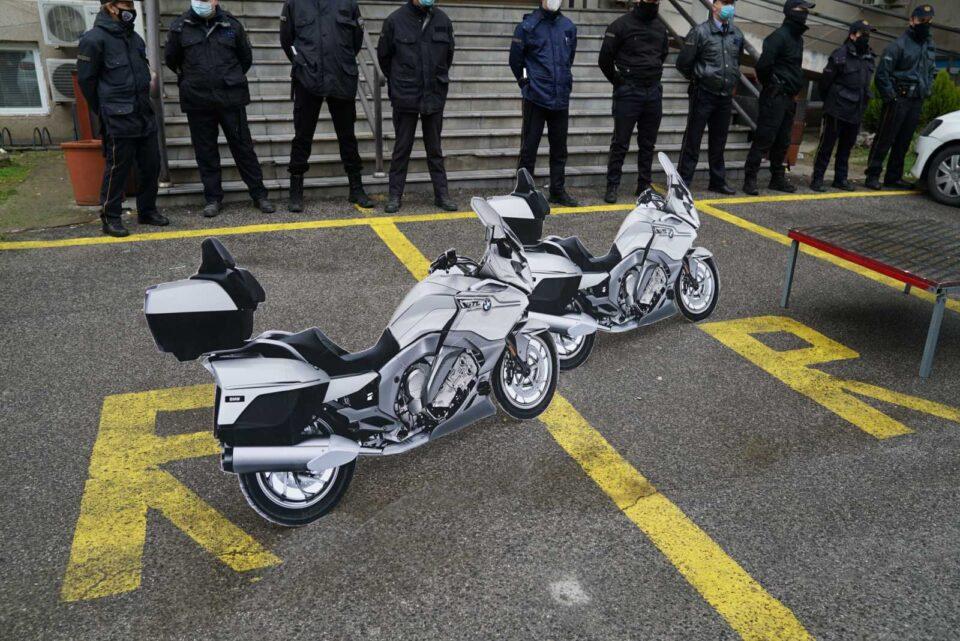 Во знак на револт кон Филипче и Заев кои возат мотори додека народ им умира, ВМРО-ДПМНЕ пред здравство запали две макети на мотори (ВИДЕО)