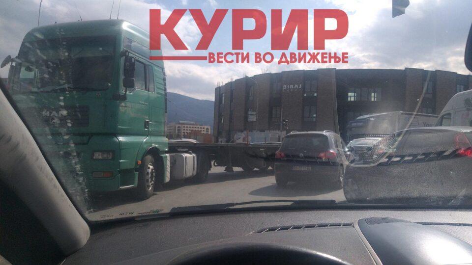 ХАОС НА ОВОЈ БУЛЕВАР: Две сообраќајни несреќи во непосредна близина една на друга – возачи избегнувајте го овој дел на Скопје! (ФОТО)