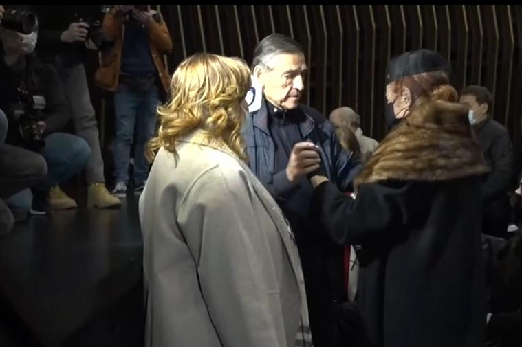 Комеморација во чест на Предраг Живковиќ Тозовац: Пејачите и неговата Мима во солзи влегоа во салата (ФОТО)