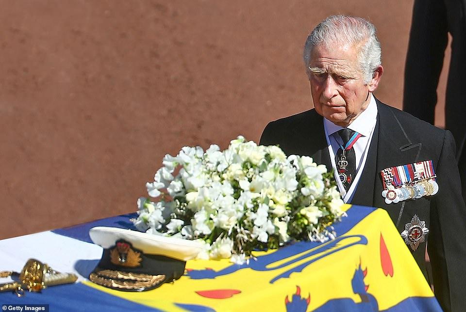 Не можеше да ја издржи средбата со синот Хари: Еве каде замина принцот Чарлс 24 часа по погребот на својот татко, таму ќе тагува сам (ФОТО)