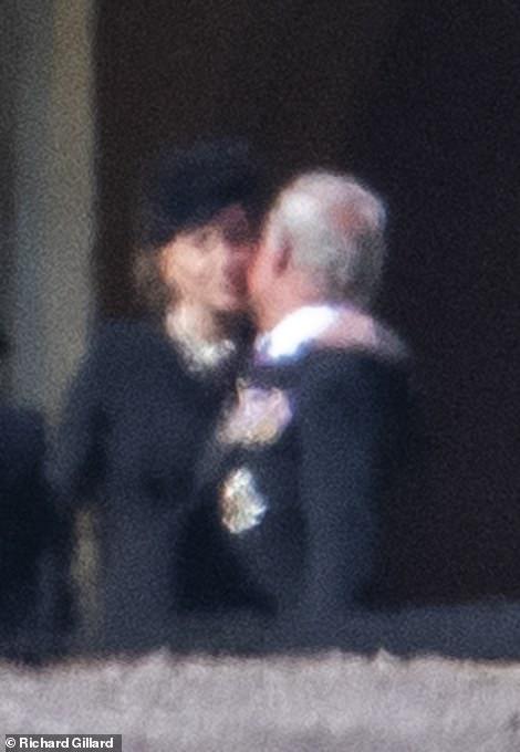 ЦЕЛА ПЛАНЕТА ЗБОРУВА ЗА ОВА: Кој го бакна принцот Чарлс додека во солзи го погребуваше својот татко (ФОТО)