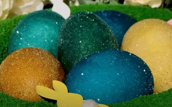 НИ ДОАЃА ВЕЛИГДЕН: Еве идеја како да ги фарбате јајцата со бело вино – ќе ви светкаат!