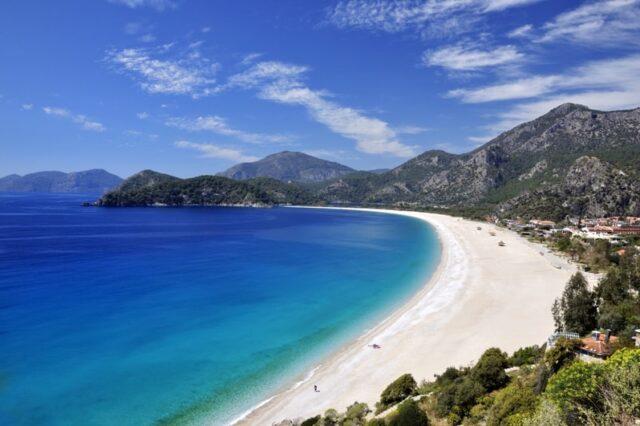 Градот кој излегува на две мориња нема да ве остави рамнодушни, а токму таму се наоѓа и една од најубавите европски плажи