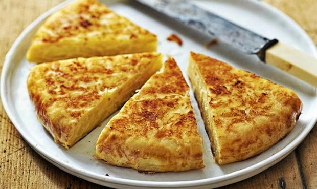 """Шпанска """"тортиља"""": Рецепт за брз ручек од околу 200 денари кој ќе ги воодушеви љубителите на компири"""