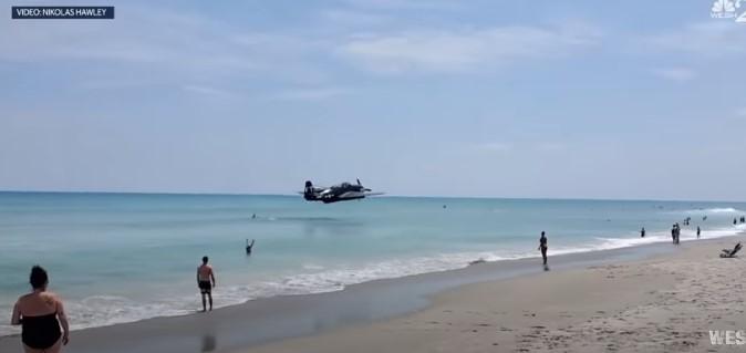 ВИДЕО: Авион слета врз главите на пливачите на плажа во Флорида