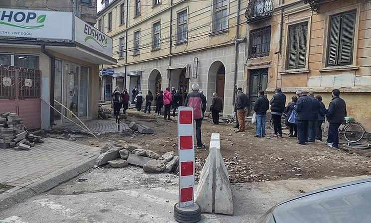 Наплатен центар во Битола можен извор на КОВИД-19: Граѓаните со часови чекаат ред пред наплатен центар (ФОТО)