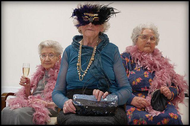 Полицајци дошле да растурат корона-забава и останале подзинети: Казнета баба од 82 години, славела 70-ти роденден на пријателка (ФОТО)