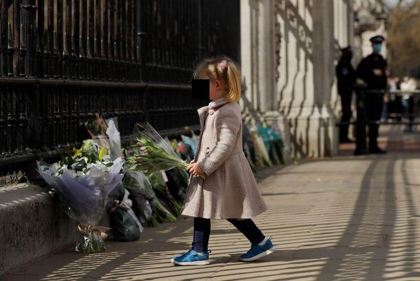 СРЦЕПАРАТЕЛНИ ФОТОГРАФИИ: Деца оставаат цвеќе пред Бакингемската палата – граѓаните му оддаваат почит на принцот Филип