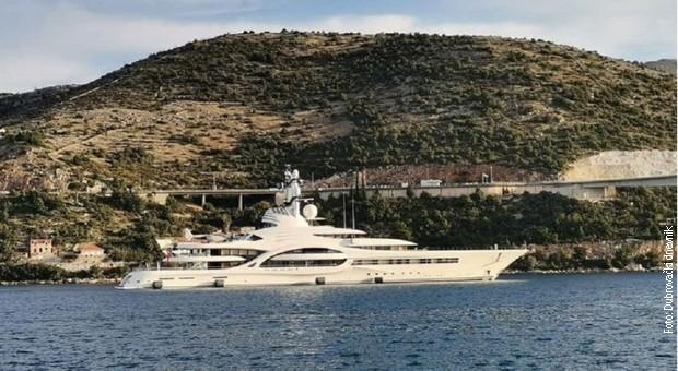 ФОТО: Мегајахта на руски милијардер вредна 250 милиони долари се паркираше во Дубровник