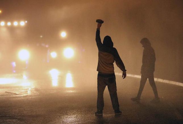 ВОЈНА НА УЛИЦИТЕ ВО ИРСКА: Повеќе од 50 полицајци повредени, автомобили изгорени! (ФОТО)