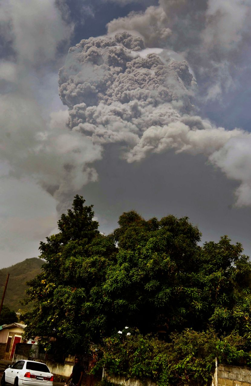ВУЛКАНСКА ЕРУПЦИЈА НА КАРИБИТЕ, НЕМА СТРУЈА НИ ВОДА: Ерупциите може да траат со недели (ФОТО+ВИДЕО)