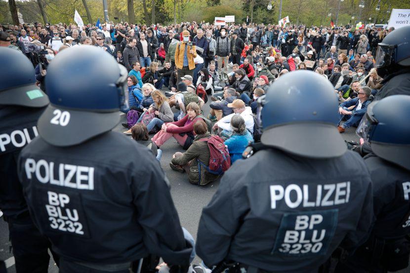 Нови мерки против коронавирусот во Германија: Воведени се заклучување и полициски час, луѓето протестираат