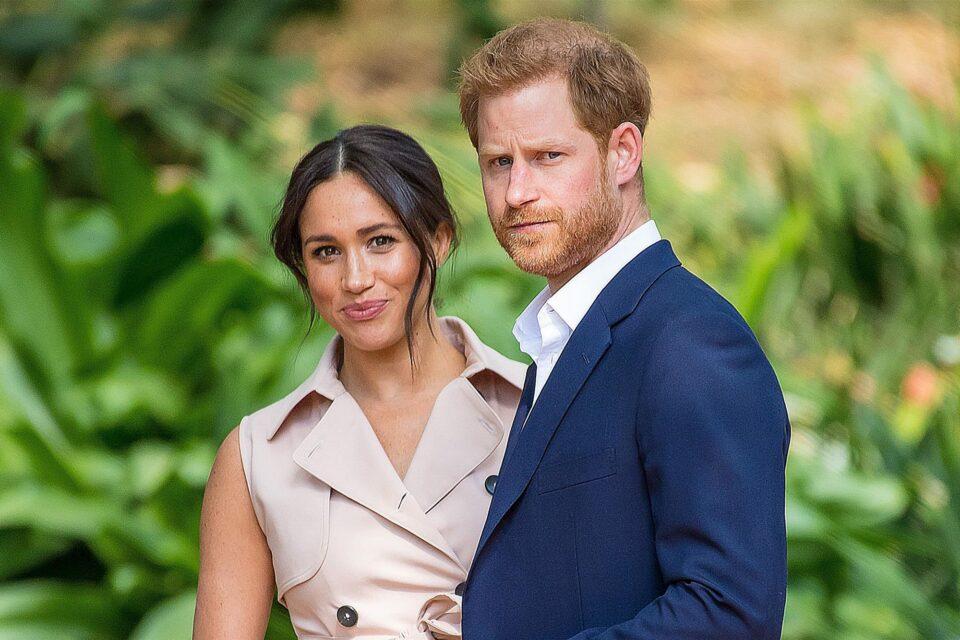 Кој е згодниот фраер кој ги шета кучињата на Меган додека принцот Хари е во Англија – жените буквално полудеа откако го видоа таму долу (ФОТО)