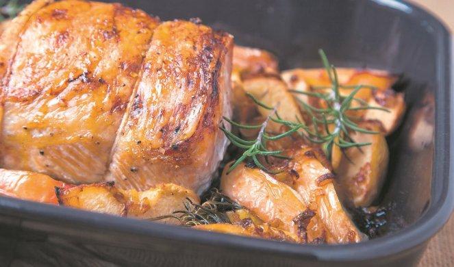 Готвачите го прават ова СЕКОГАШ КОГА ПЕЧАТ месо! Тие ги додаваат овие 2 состојки кои прават огромна разлика!