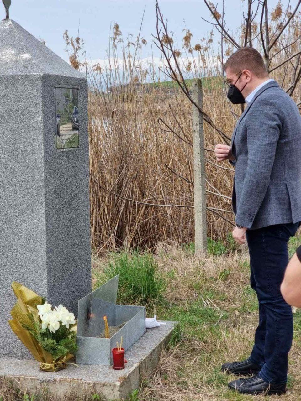 Мицкоски запали свеќа: Слава им на загинатите кај Смилковско – луѓе кои не погрешија ништо, а платија со животите