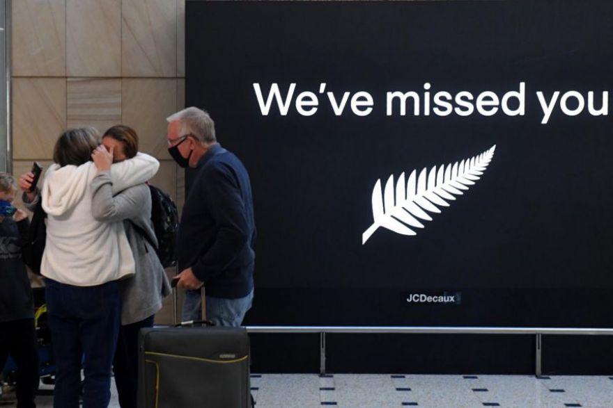 ВИДЕО: Карантинот укинат, Нов Зеланд и Австралија ги отворија границите – Солзи и емоции на аеродромите