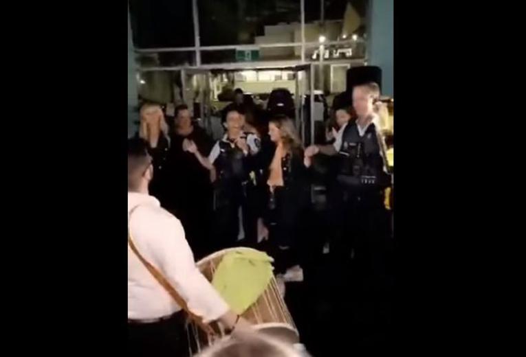 ХИТ ВИДЕО: Австралиската полиција наместо да прекине македонска свадба, се фати на оро – од звукот на тапанот ќе се наежите