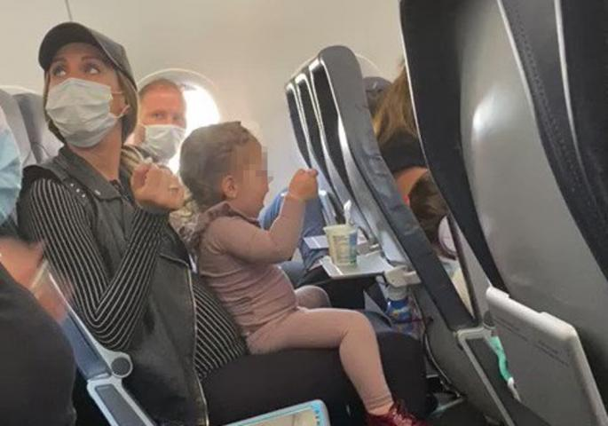 ЛУДНИЦА НА АЕРОДРОМ: Го испразниле целиот авион бидејќи двегодишно девојче со посебни потреби немало маска (ВИДЕО)