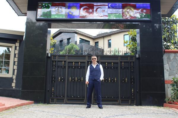 ЗДАНИЕ ОПКОЛЕНО СО БОДЛИКАВА ЖИЦА: Турските медиуми објавија во каков раскош живее Седат Пекер, пред влезот има и топ! (ФОТО)