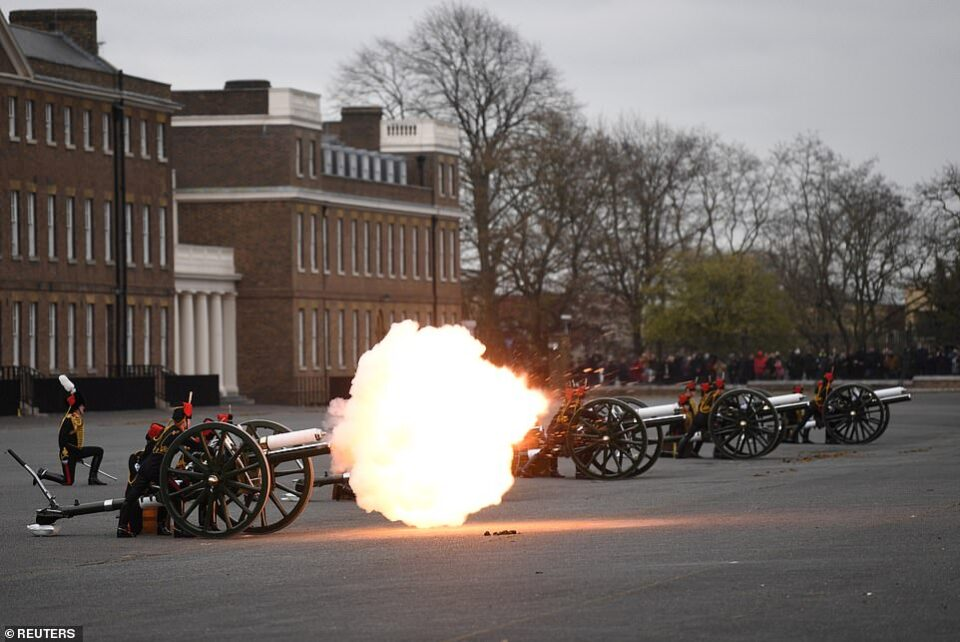 ФОТО: Почесна стрелба низ Велика Британија во чест на принцот Филип