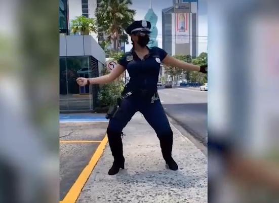 """ВИДЕО: Провокативна полицајка го """"сруши"""" ТикТок – кога ќе видите како се извртува и """"меша"""" нема да можете да го одвоите погледот"""