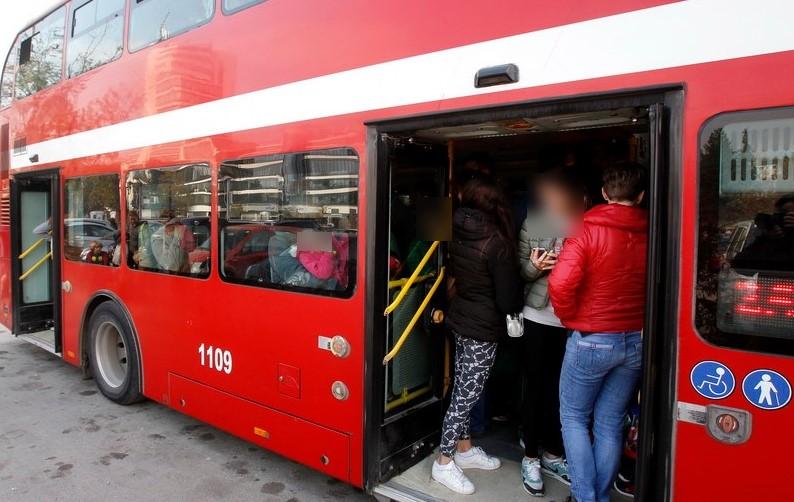Додека третиот бран на ковид коси, автобусите возат со капацитет над дозволеното