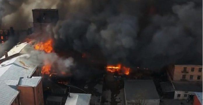 Пожарот во Санкт Петерсбург беснее веќе 24 часа- загина пожарникар