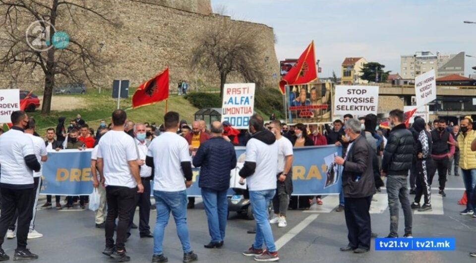 """Се вее албанско знаме и се скандира """"УЧК"""": На протестот за """"Монструм"""" бараат промена на македонскиот Устав"""