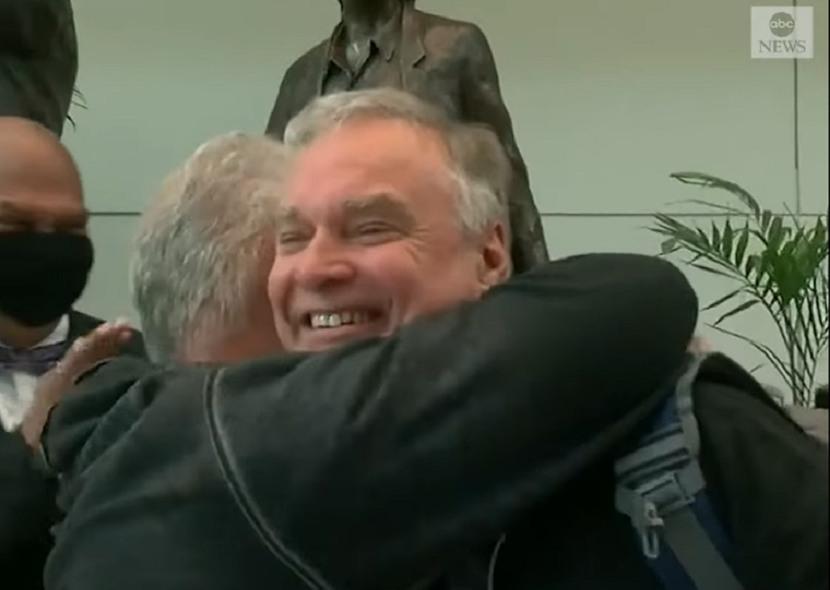 ТРОГАТЕЛНА СРЕДБА: Татко и син се барале цели 57 години, а потоа се случило пресврт (ВИДЕО)