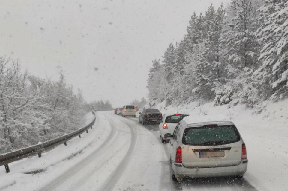 ЛЕДЕНИОТ БРАН ОД АРКТИКОТ ПРИСТИГНА ВО ХТВАТСКА: Снегот предизвика хаос во сообраќајот, во Македонија пристигнува набрзо! (ВИДЕО)