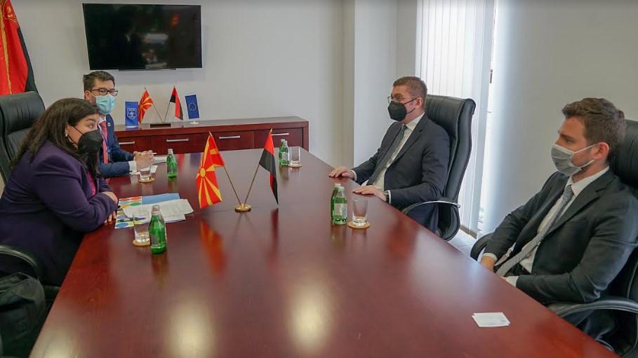 Мицкоски при средбата со Дуџак: На Македонија и е потребна поголема и побрза испорака на вакцини од КОВАКС механизмот