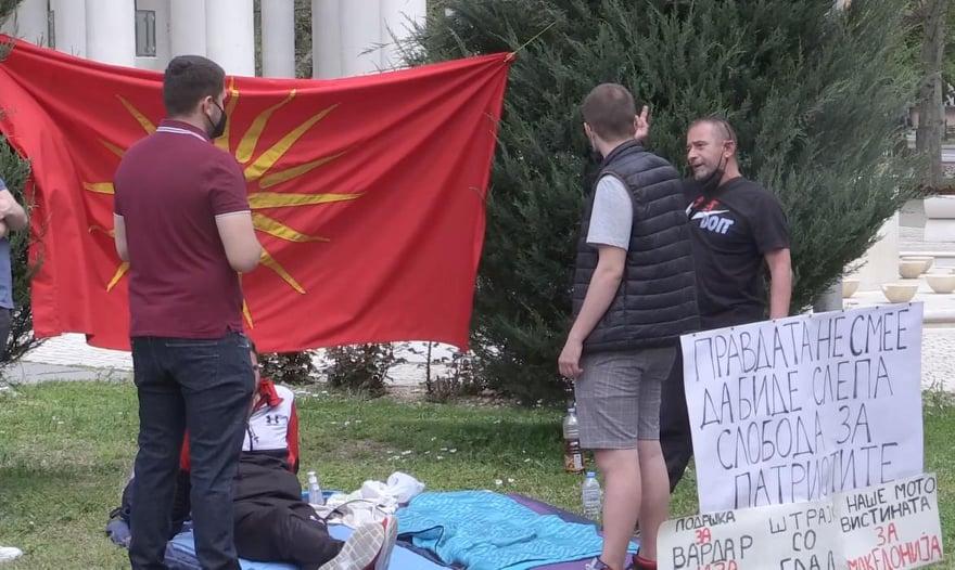 Попов со поддршка за граѓаните кои поради револ за неправедно осудените од 27 април деноноќно се пред Собрание