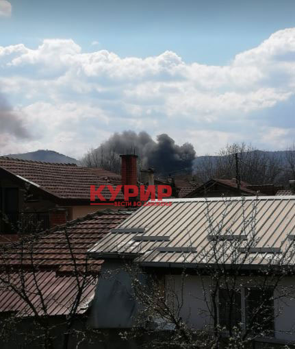ФОТО: Голем пожар во Усје, интервенираат четири противпожарни возила