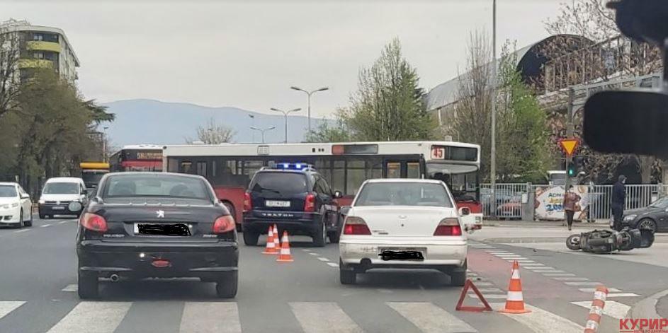 ФОТО: Едно лице повредено во сообраќајка кај Железничка