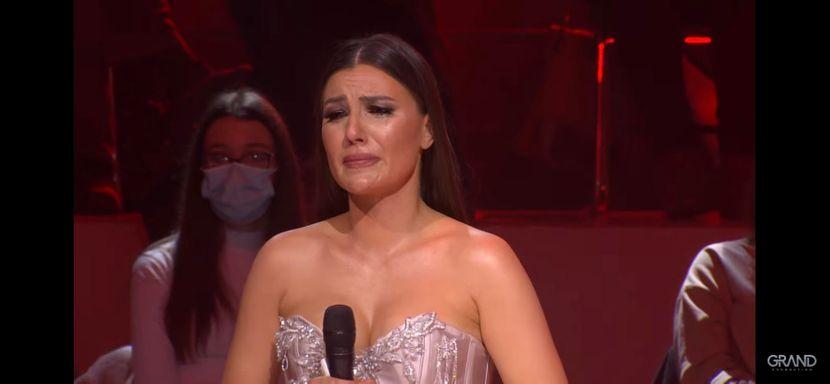 """Учесничка во """"Ѕвездите на гранд"""" во солзи: Доаѓав тука во осмиот месец од бременоста и го доев детето, не го заслужив ова (ВИДЕО)"""