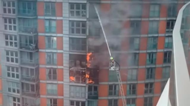 120 пожарникари го гаснеа пожарот во облакодерот- станарите евакуирани