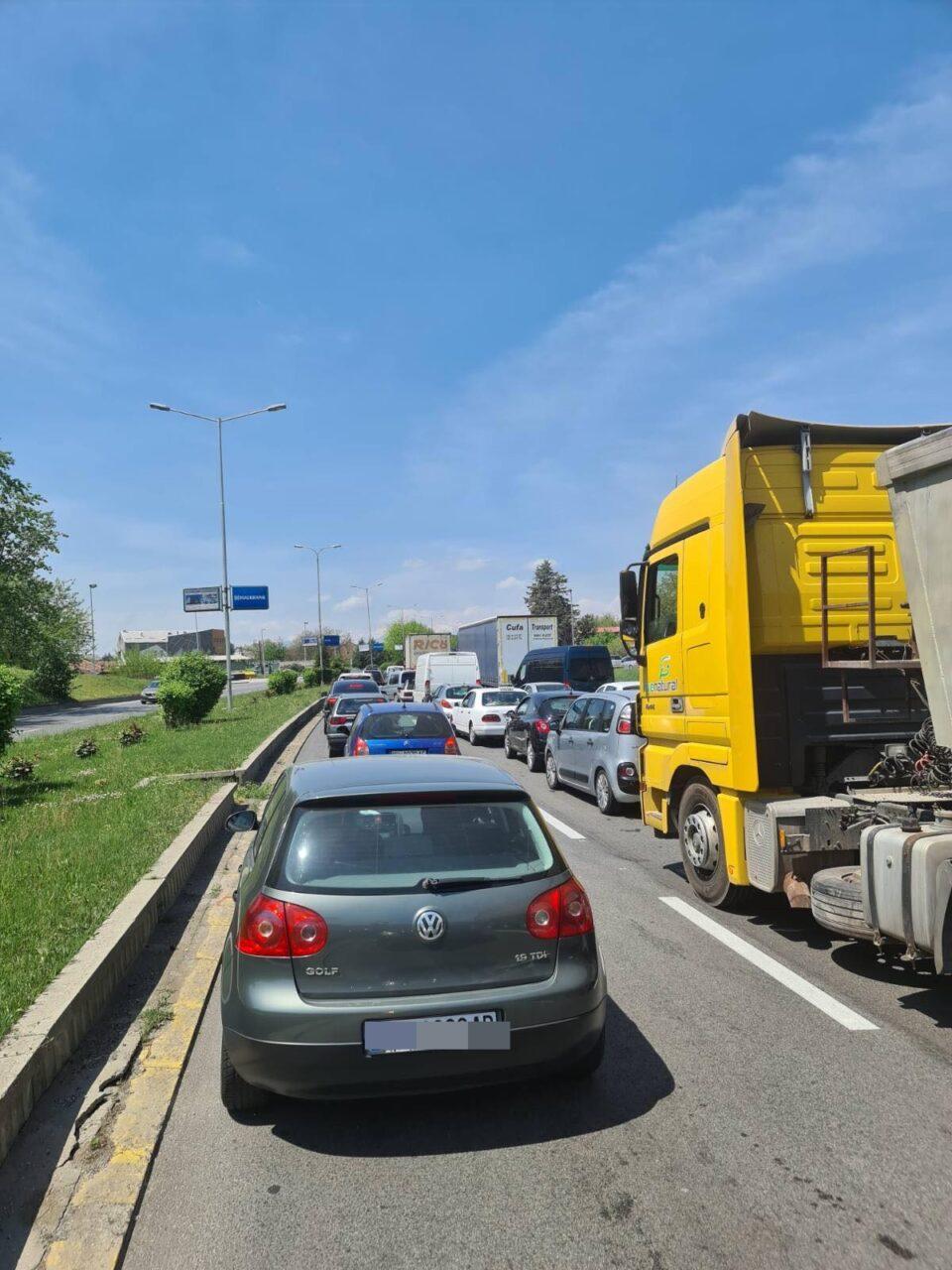 ВНИМАВАЈТЕ: Колони возила на влезот во Скопје кај Автокоманда (ФОТО)