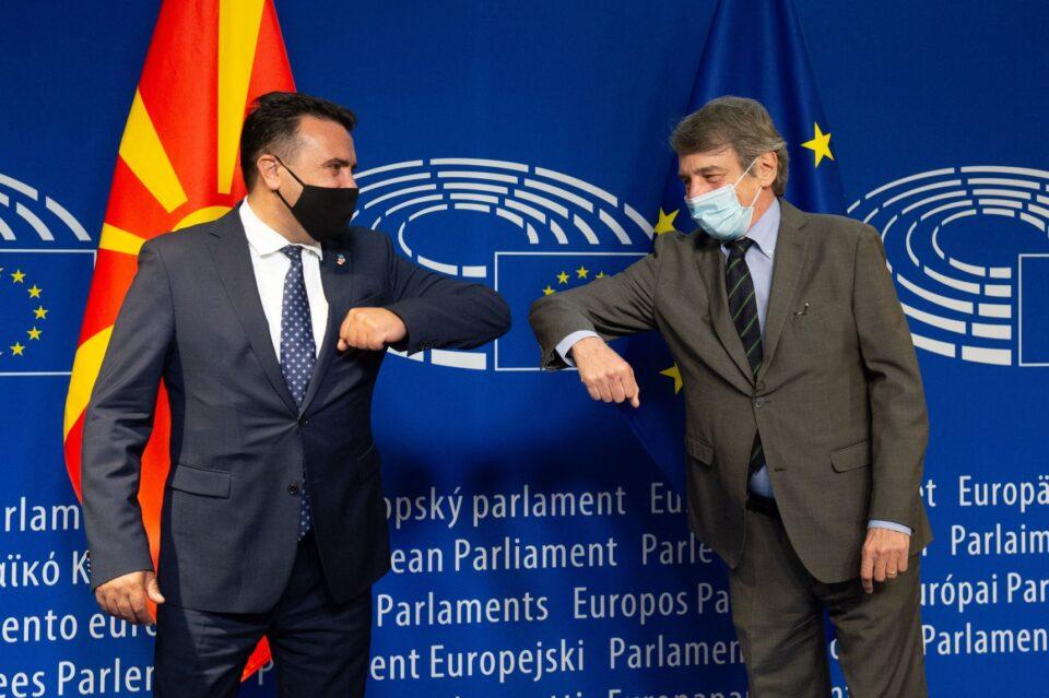 Заев: Во Брисел сме за да порачаме дека итно треба да се одблокира европскиот пат, но преговори за македонскиот идентитет не се опција