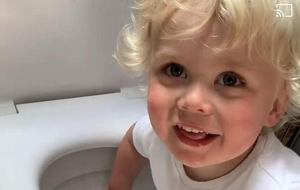 Мајката влегла во бањата и шокирано гледала што прави нејзиното двегодишно дете