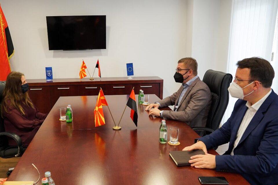 Мицкоски на средба со Галовеј: Македонија тоне на секое поле, а големиот степен на корупција во земјава ги коси сите меѓународни стандарди